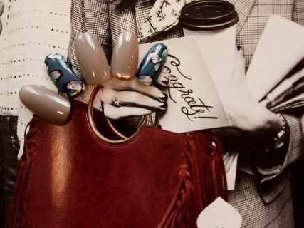秋のスタイリングに合わせたい。青蝶ネイル