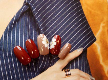 指先も秋色カラーに衣替え。深み赤のジェルネイル。